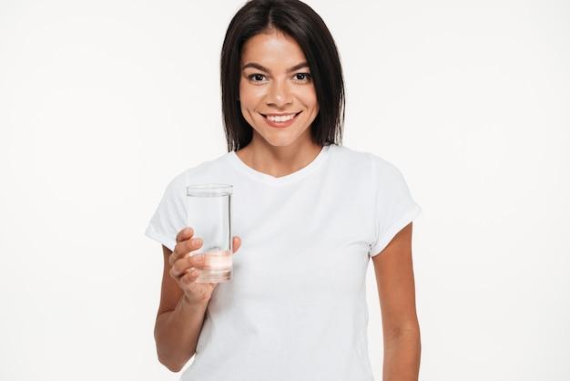 Retrato de uma mulher atraente sorridente segurando