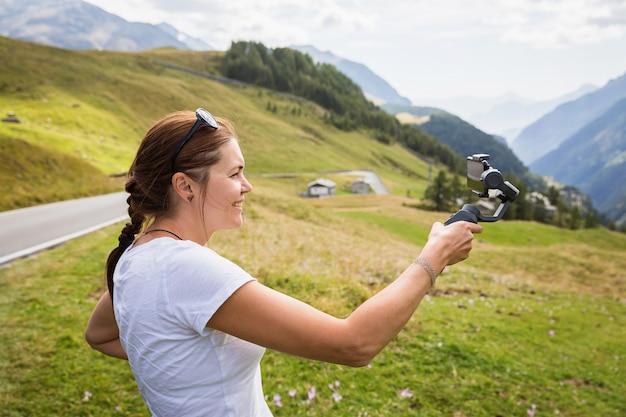 Retrato de uma mulher atraente turista tirando fotos nas montanhas