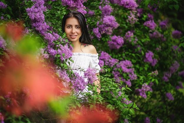 Retrato de uma mulher autêntica. arbusto lilás