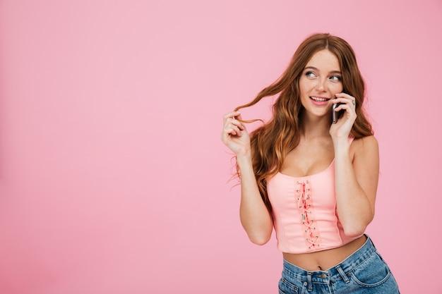 Retrato de uma mulher bonita brincalhão em roupas de verão