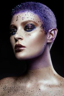 Retrato de uma mulher bonita com brilhos no rosto.
