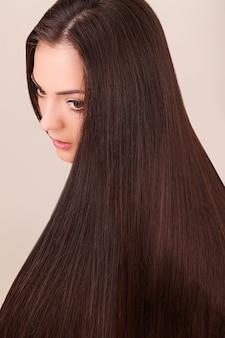 Retrato de uma mulher bonita com cabelo comprido.