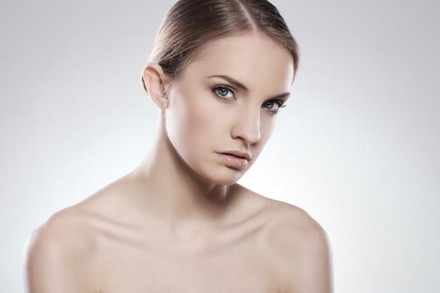 Retrato de uma mulher bonita com cara limpa