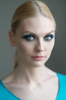 Retrato de uma mulher bonita com natural maquiagem e penteado. foto de foco suave.