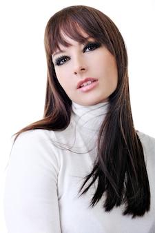 Retrato de uma mulher bonita com olhos negros sensuais