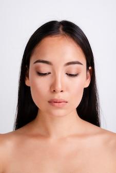 Retrato de uma mulher bonita com pele clara
