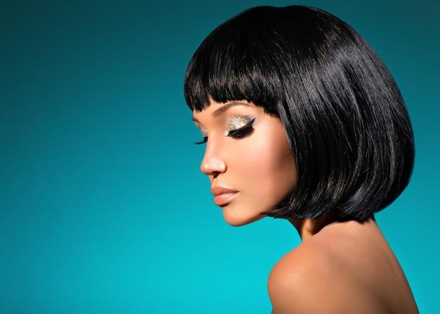 Retrato de uma mulher bonita com penteado bob. rosto de modelo com maquiagem criativa