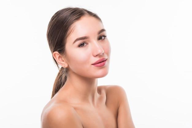 Retrato de uma mulher bonita com rosto perfeito na parede branca