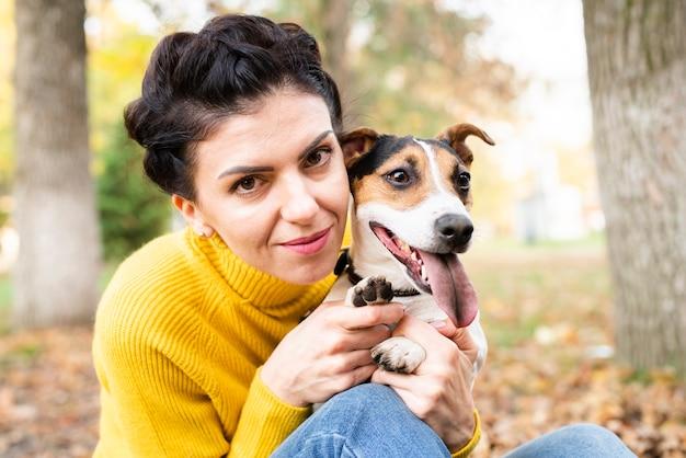 Retrato de uma mulher bonita com seu cachorro