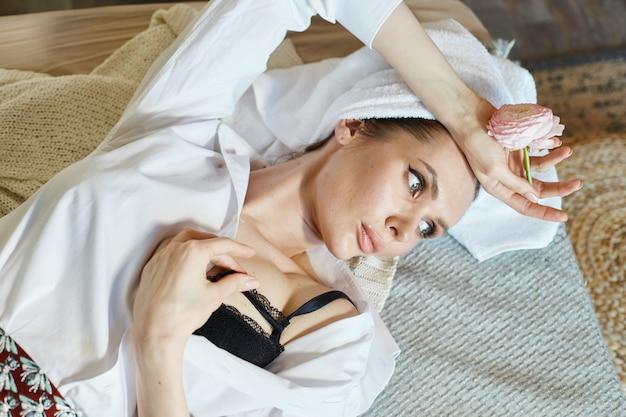 Retrato de uma mulher bonita, cuidados com a pele, cosméticos anti-envelhecimento