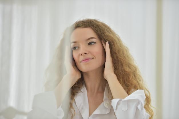 Retrato de uma mulher bonita e feliz