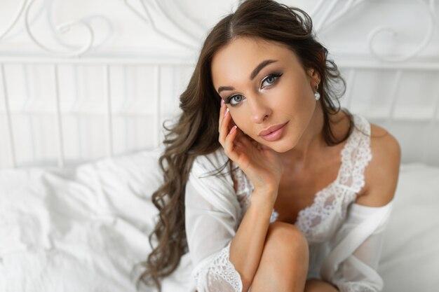 Retrato de uma mulher bonita e fofa com maquiagem e penteado
