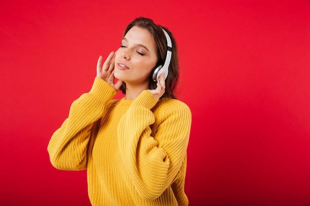 Retrato de uma mulher bonita em fones de ouvido