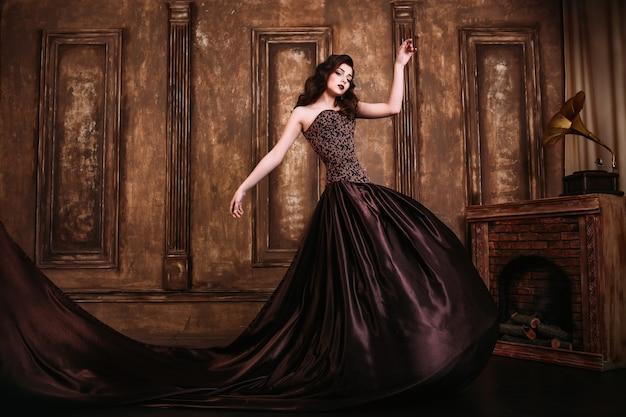 Retrato de uma mulher bonita em um vestido marrom