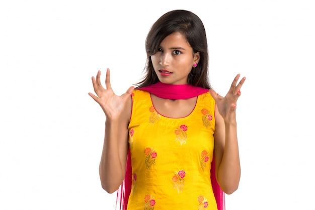 Retrato de uma mulher bonita mostrando sinal de stop com as palmas das mãos isoladas no branco