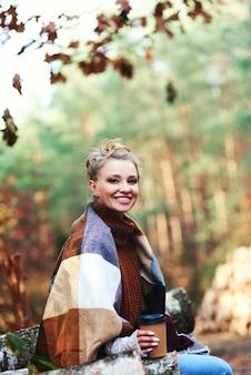 Retrato de uma mulher bonita na floresta de outono