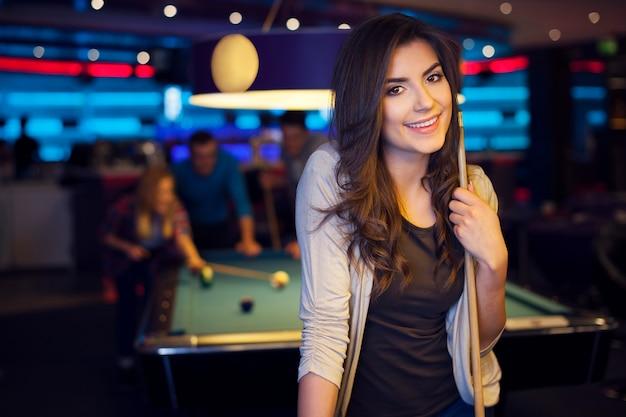 Retrato de uma mulher bonita no clube de bilhar