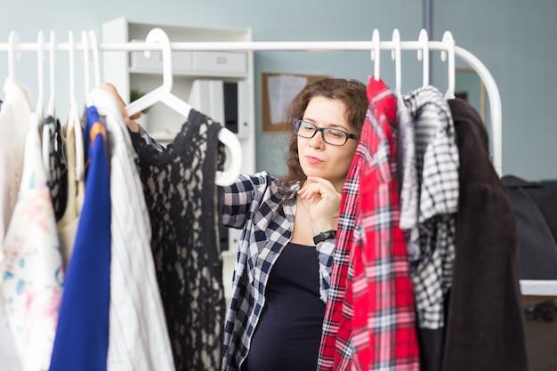 Retrato de uma mulher bonita olhando através do guarda-roupa.
