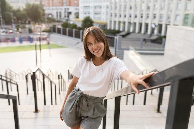 Retrato de uma mulher bonita posando na escada