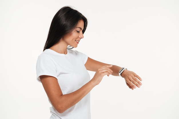 Retrato de uma mulher bonita sorridente usando relógio inteligente