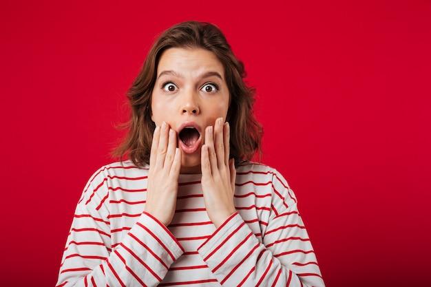 Retrato de uma mulher chocada olhando para a câmera