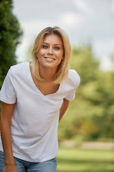 Retrato de uma mulher, closeup retrato de uma bela mulher olhando para a câmera. conceito de estilo de vida de mulher, férias de verão saudável feliz.