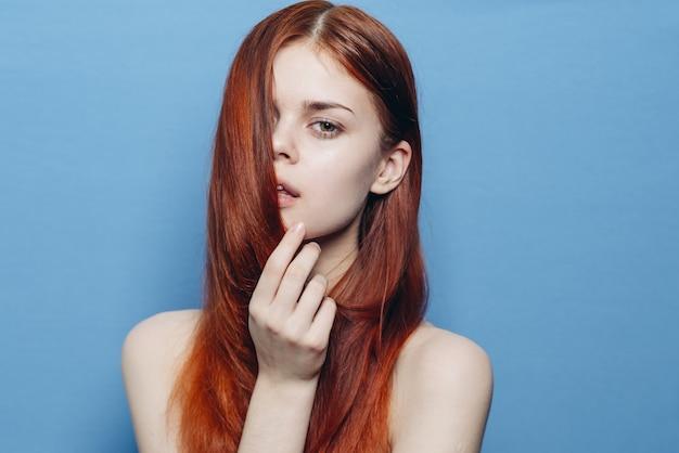 Retrato de uma mulher com cabelo vermelho sem maquiagem