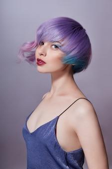 Retrato de uma mulher com cabelo voador colorido brilhante, todos os tons de roxo. cabelo colorido