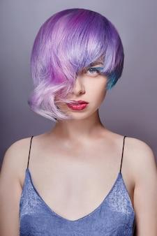 Retrato de uma mulher com cabelo voador colorido brilhante