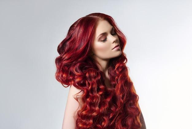 Retrato de uma mulher com cabelos coloridos brilhantes