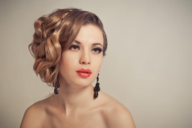 Retrato de uma mulher com maquiagem e um belo penteado