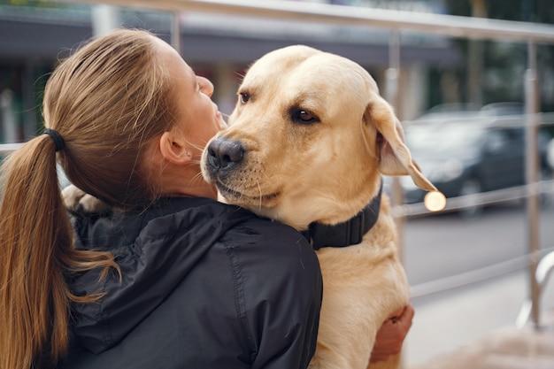 Retrato de uma mulher com seu lindo cachorro