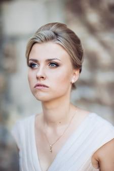 Retrato de uma mulher com um penteado clássico no dia do casamento