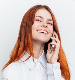 Retrato de uma mulher com um telefone nas mãos