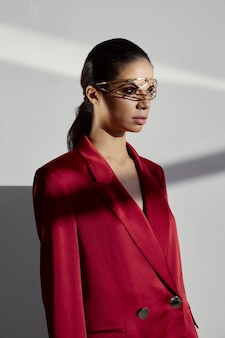 Retrato de uma mulher com uma jaqueta vermelha com um ornamento de ferro em sua luz de fundo principal. foto de alta qualidade