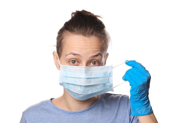 Retrato de uma mulher com uma máscara médica e luvas isoladas em branco. proteção contra pandemia covid-19