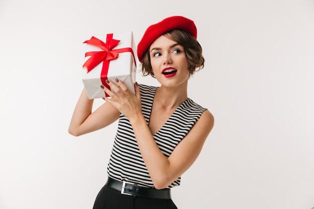 Retrato de uma mulher curiosa usando boina vermelha