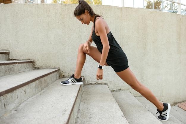 Retrato de uma mulher de aptidão fazendo exercícios de alongamento