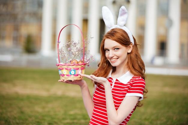 Retrato de uma mulher de cabeça vermelha bonita em orelhas de coelho