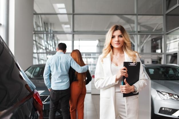 Retrato de uma mulher de gerente de vendas de carros.