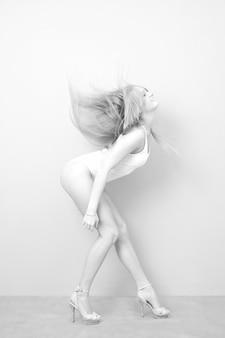 Retrato de uma mulher de macacão em um fundo cinza