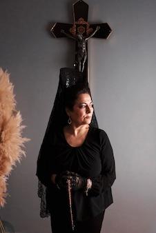 Retrato de uma mulher de meia-idade com um vestido típico da semana santa espanhola