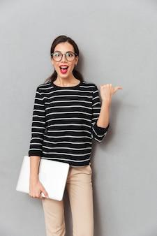 Retrato de uma mulher de negócios alegre em óculos