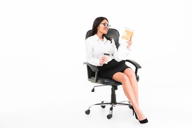 Retrato de uma mulher de negócios asiático confiante em óculos