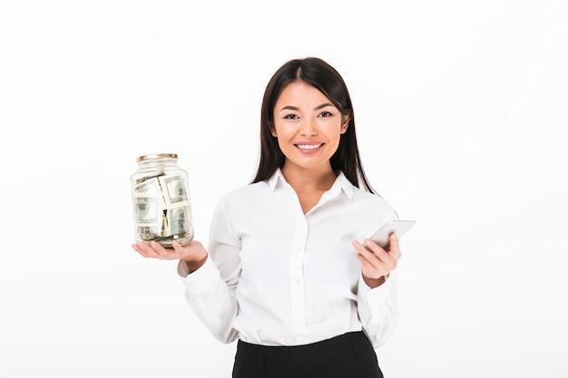 Retrato de uma mulher de negócios asiático satisfeito