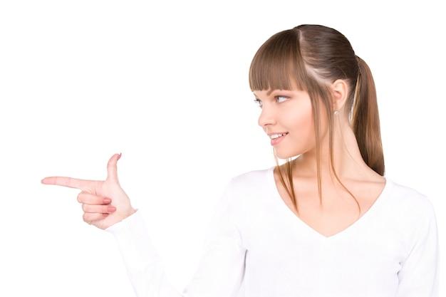 Retrato de uma mulher de negócios atraente apontando o dedo
