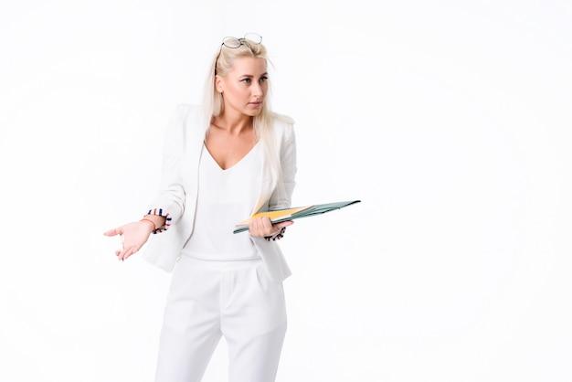 Retrato de uma mulher de negócios bem sucedido. isolado sobre o espaço em branco. realiza uma auditoria da contabilidade da empresa. foram encontrados erros no inchaço