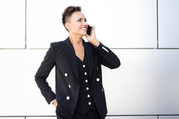 Retrato de uma mulher de negócios bem sucedido, profissional feminino