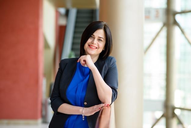 Retrato de uma mulher de negócios bem sucedido.