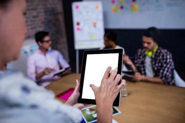 Retrato de uma mulher de negócios casual usando um computador tablet